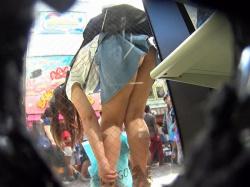 【前かがみ】短いスカートだから見えちゃった前かがみパンチラ盗撮エロ画像の画像