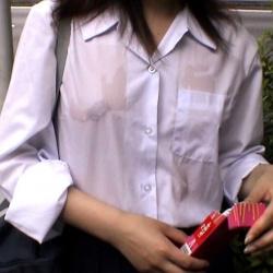 ノーブラの制服が濡れて乳首が透けまくってる娘たちの画像
