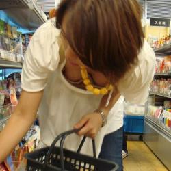 買い物に夢中の素人娘たちって胸チラしやすいのねの画像