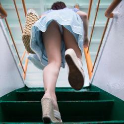 見上げるとパンツが見えた、階段でパンチラしてる素人娘たちを街撮りの画像
