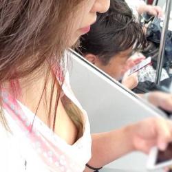 うっかり乳首まで見せちゃった胸チラ素人娘たちを街撮りの画像