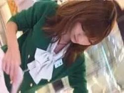 アニメ声の美人店員さんに近づいてパンツを逆さ撮り!の画像