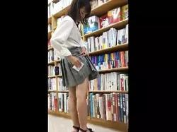 本屋で立ち読みしているJKを逆さ撮りしてスカートに精子をかけるの画像