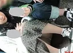 外で座っている女の子の対面パンチラ盗撮!おまんこぷっくりwの画像