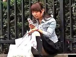 道端に座り込んでいるお姉さんの街撮りパンチラ!の画像