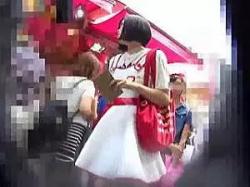 繁華街で見かけた少女のフロントパンティーを逆さ撮り!の画像