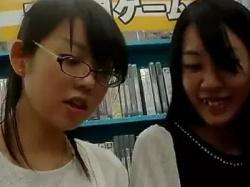 アニメショップでパンチラ盗撮されちゃったオタク系女子wの画像