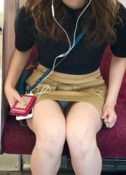 ミニスカートで座ってる女性のデルタパンチラ!の画像