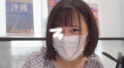 旅行代理店にやって来た超絶美人女子大生の胸チラを盗撮!の画像