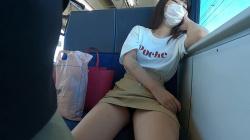 ラッキーエロ!電車でうたた寝している女性のパンチラ映像の画像