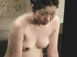 【盗撮】タオル持ち込み厳禁の温泉に入浴してまんまとオーナーに全裸を撮られた淑女たち♪の画像