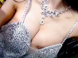 【盗撮】モーターショーなのにストリップショーのノリで乳首晒してる痛いキャンギャル♪の画像