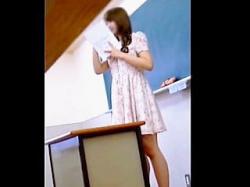 【盗撮】高校の教師としては絶対NGなスタイルで授業を行ってる女教師のパンチラ逆さ撮り♪の画像