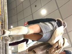 【盗撮】ギンガムチェックのミニスカ女子を逆さ撮りしたらフワフワなパンチラ拝めますた♪の画像