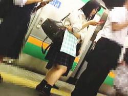 【盗撮】電車でリアル女子校生をパンチラ逆さ撮りしてから精子ぶっ掛けてる破天荒な撮り師♪の画像
