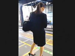 【盗撮】リクルートスーツを着込んだ就活中の女子大生のパンチラが気になって仕方がないオレ♪の画像