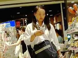 【盗撮】お買い物中の女子校生たちをガチで逆さ撮りして生パンチラを捕獲しまくる撮り師♪の画像
