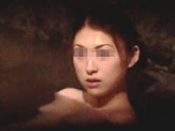 【盗撮】雰囲気バツグンの女湯の岩風呂で全裸マーメイド状態で入浴してるご婦人を隠し撮り♪の画像