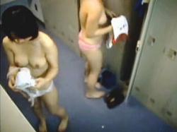 【盗撮】体育会系部活女子校生の更衣室では着替えのたびに必ずオッパイ話になってる件♪の画像