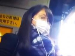 【盗撮】寒い季節の朝に電車で痴漢の手淫でアナルくぱぁされてるマスク姿の女子校生♪の画像