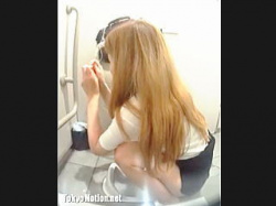 【盗撮動画】激混み和式トイレでスマホ弄りながら長々とウンコしてる迷惑金髪ギャルを晒す♪の画像