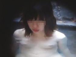 【盗撮動画】露天風呂に不慣れなちっぱい少女が赤面入浴を隠し撮られてオカズにされてた♪の画像