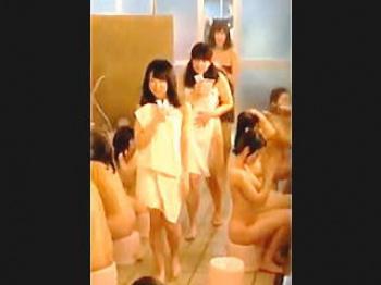 【盗撮動画】取扱注意!JCたちの神々しいマン毛から美乳美尻まで覗き見られた修学旅行風呂♪の画像