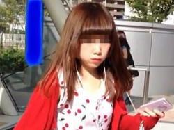 【盗撮動画】お人形さんのようなド派手なワンピギャルに目を付けてパンチラスカメク撮り♪の画像