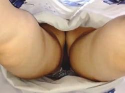 【盗撮動画】男友達の家に誘われたお色気ムンムンなワンピ女子のヤル気マンマンなパンチラ♪の画像
