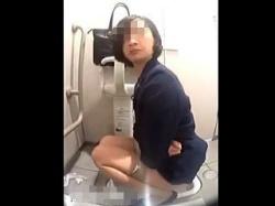 【閲覧注意】カメラ付きの和式トイレでウンコした後メールチェックしてる行儀の悪いOLさん♪の画像