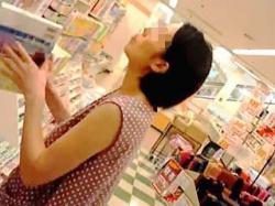 【盗撮動画】書店でガッツリ真下からパンパンに具が詰まったパンチラを撮られた真夏の奥様♪の画像