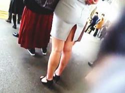 【盗撮動画】深いスリットスカートで痴漢行為を誘発してるOLさんのリアルな通勤電車♪の画像