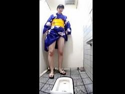 【盗撮動画】縁日会場近辺の公衆便所では浴衣女子たちの小便姿が撮れると聞いて凸した結果♪の画像