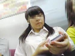 【盗撮動画】パンチラと親和性抜群のスマホに熱中してる女子校生は100パー撮り師の餌食♪の画像