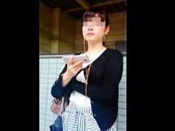 【盗撮動画】「何撮ってんのよ!気持ちわるっ」って感じのお嬢さんのパンチラをスカメク撮り♪の画像