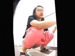 【盗撮動画】最新式なのに和式便器を採用してる女子トイレでオシッコ姿を撮られた女子たち♪の画像