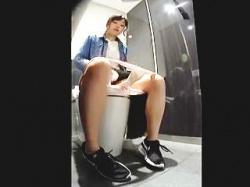 【盗撮動画】ファッションビル内にある女子トイレには最新設備と共にカメラも完備してる件♪の画像
