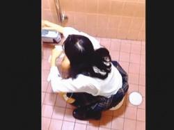 【盗撮動画】公衆トイレでオシッコしてる恥ずかしい姿をフリーハンドで撮られたJKたち♪の画像