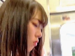 【盗撮動画】ガラガラの電車内でJKにパンチラ撮りどころか痴漢までしてる無鉄砲な撮り師♪の画像