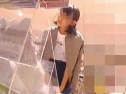 【盗撮動画】JC?もしくはJK?はたまたJD?広いレンジの表情を見せる女の子のパンチラ♪の画像
