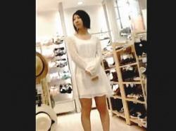 【盗撮動画】洋服に合わせて美尻が透けて見えるスケベなパンティ穿いてる店員さんのパンチラ♪の画像