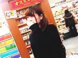 【盗撮動画】書店にやって来た女子大生の太ももの奥に君臨する純白パンチラを逆さ撮り♪の画像