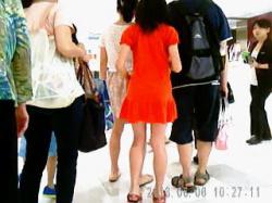 【盗撮動画】デパ地下に家族と買い物に来た赤いワンピJCの甘酸っぱいパンチラ逆さ撮り♪の画像