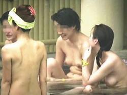 【盗撮動画】利用した露天風呂が覗きのメッカとは知らずに全裸開放で入浴してる女子たち♪の画像