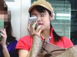 【盗撮動画】電車の対面で本物のパンチラ晒して煽って来る生脚ミニスカサンダル女子♪の画像