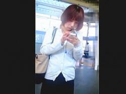 【無修正】駅のホームで電車を待つ通勤途中の美脚なOLさんをスカメク強制パンチラ撮り♪の画像