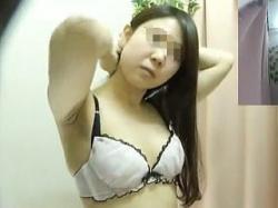 【盗撮動画】試着室に仕込んだ隠しカメラ越しに女子校生のブラジャー選びを眺める店長さん♪の画像