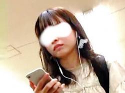【盗撮動画】電車内で学生の本分をわきまえた清潔なパンチラを撮られた清純派女子大生♪の画像