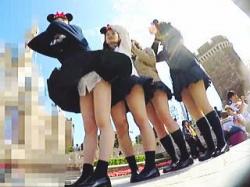 【盗撮動画】風の強い夢の国でマニアたちにも夢を与えてくれる無邪気なパンチラ女子校生たち♪の画像