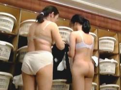 【盗撮動画】多くの女性客で賑わってるスーパー銭湯の脱衣所には必ず隠しカメラがある件♪の画像